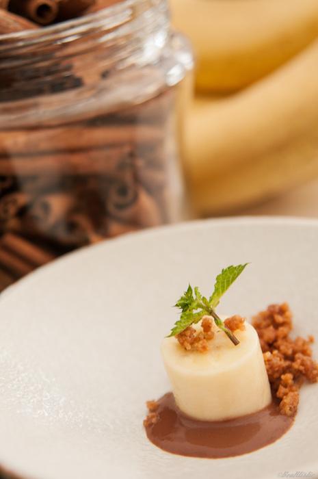 Émulsion chocolat et pulpe de bananes des Antilles, accompagnée d'un crumble à la canne à sucre
